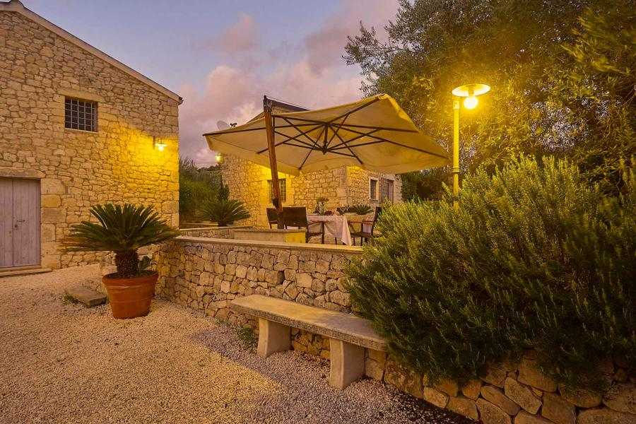 ville-moderne-con-piscina-casale-limestone-modica